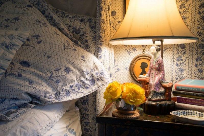 mario-buatta-blue-white-bedroom-silhouettes