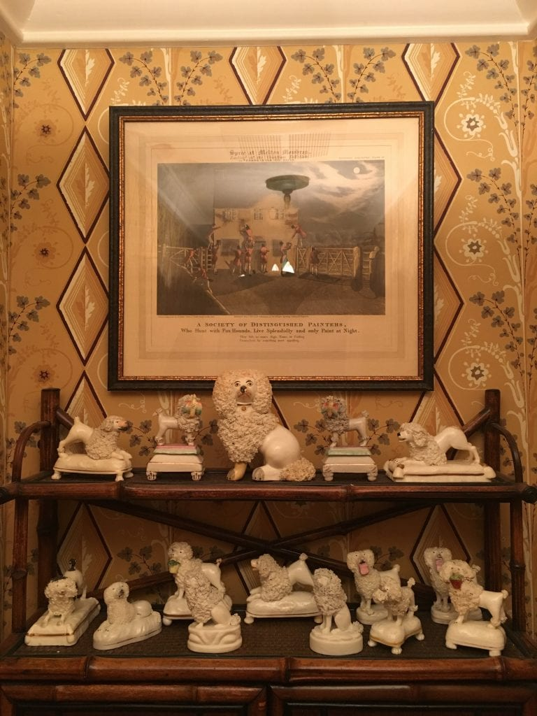 poodle-powder-room-patricia-altschul-architectural-digest-lee-jofa-althea-hollyhock-chintz-charleston-mansion-south-carolina-la-chaise-percée-luzanne-otte-gracie-wallpaper-french-toilet-perfume-powder-room