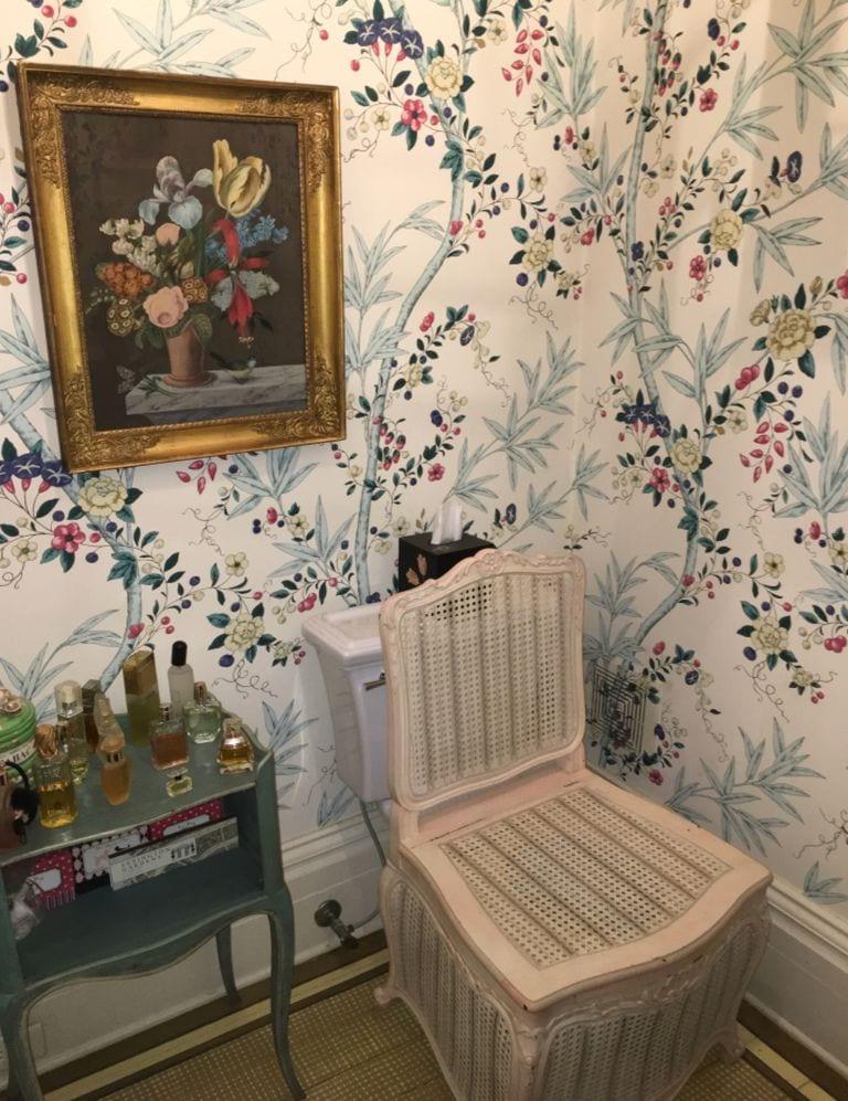 patricia-altschul-architectural-digest-lee-jofa-althea-hollyhock-chintz-charleston-mansion-south-carolina-la-chaise-percée-luzanne-otte-gracie-wallpaper-french-toilet-perfume