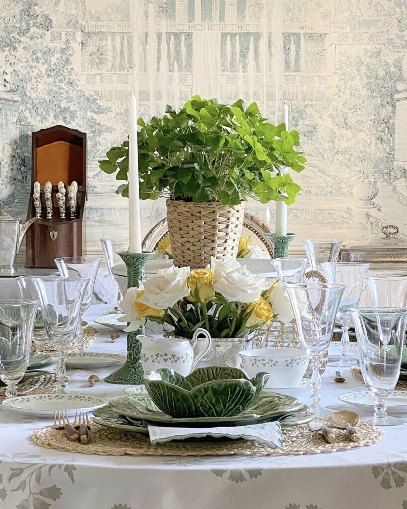 Jenny Bohannon, Tallwood Country House, blue white toile, floral arrangement, dining room, tablescape